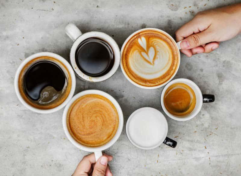 Kawa w białych filiżankach
