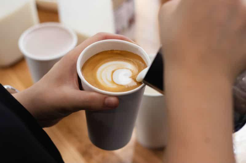 Nalewanie mleka do kawy latte