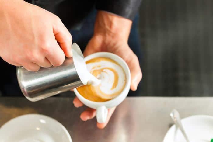 Nalewanie mleko do espresso